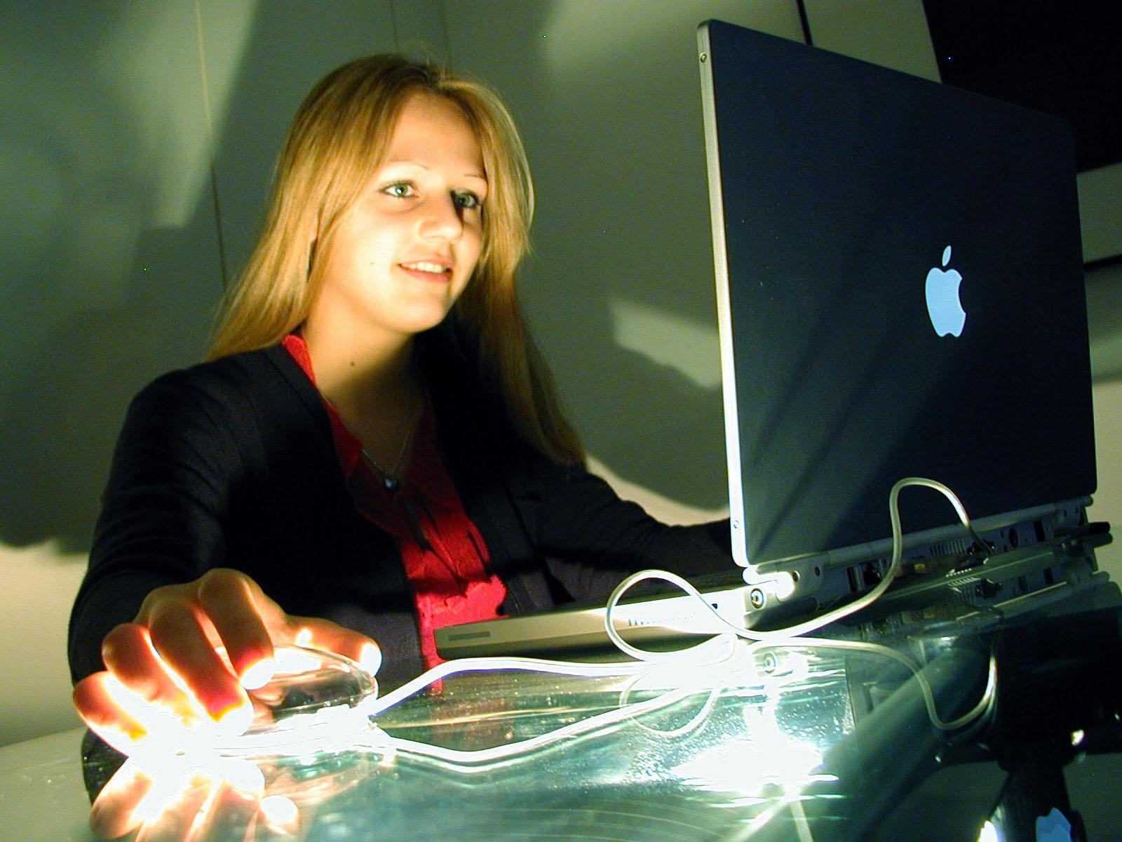 MAR_Soluciones_trabajadora_sonriente_felicidad_efectividad_trabajo_informatica_portatil_negro